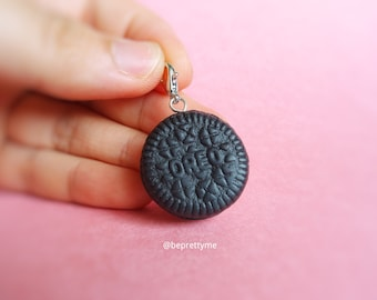 Mini size Oreo biscuit pendant. Oreo necklace charm. Oreo cookie. Cookie biscuit pendant. Gift for Oreo fans. Polymer clay jewellery