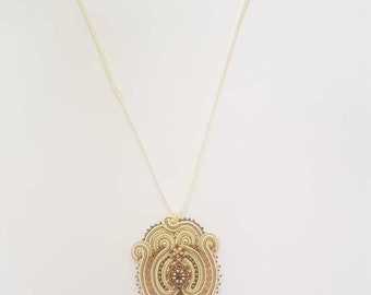 Ciondolo Soutache  Clear Bridal, gioco di filo di soutache ricamato intorno a perla di vetro incastonata con perline e rocaille miyuki