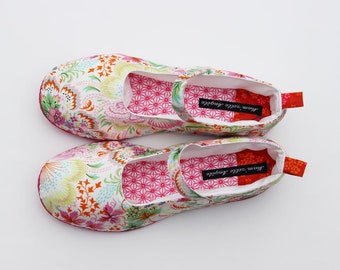 Lovely slippers in white cotton and colorful flower pattern