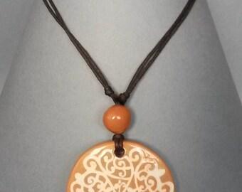Pendentif en céramique avec marqueterie Arabesque blanc et rouge terre bijou pour son cadeau pour maman