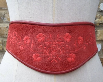 Stunning 70s / 80s suede embroiderd belt. Size 14 to 18.