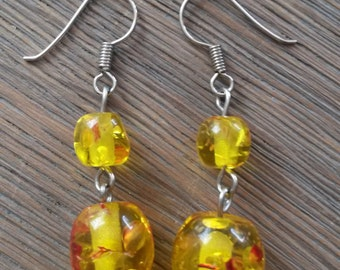 Classic yellowish earring with red accents
