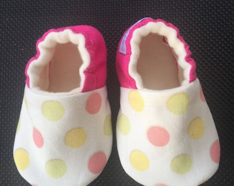 pink polka dot shoes,Baby shoes, baby slippers, soft sole baby shoes, baby girl shoes, baby shower gift, girl crib shoes, baby girl gift