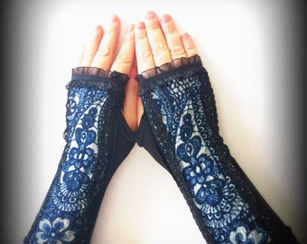 Fingerless gloves with blue lace