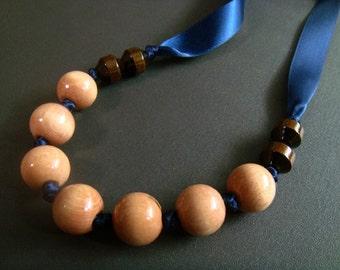 Ozeane auseinander. verknotete Holz Halskette