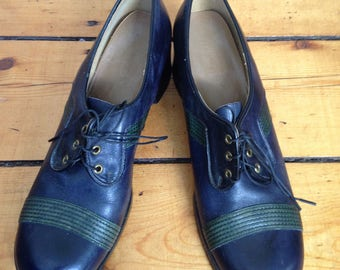 Fabulous Vintage 1970s Vintage Women's Platform Shoes Two Toned Navy Blue and Green Leather