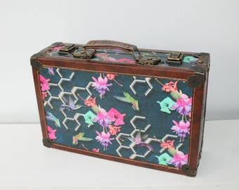Wooden case, nostalgic suitcase, hummingbird, blossoms