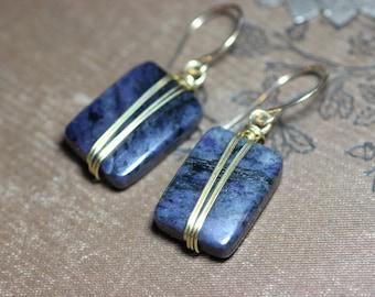 Dumortierite boucles d'oreilles pierres précieuses bleu Indigo de fil d'or enveloppé boucles d'oreilles or et violet
