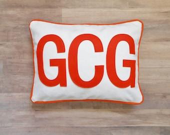 Monogramme taie d'oreiller, personnaliser avec un ajustement disponible 2 tailles 3 initiales, caractères d'imprimerie, une 12 x 16 insert ou un oreiller de lit standard (20 x 26)