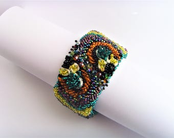 Embroidered cuff bracelet colored beads.