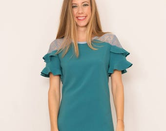 Steering wheels stacked on the sleeves lace dress. Emerald green color