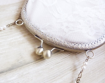 Small pocket in romantic floral ivory lace / former clasp and chain brass antique color