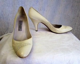 80s 7 1/2 B Evan Picone Leather Stiletto Pumps SHOES Bone White Brogue
