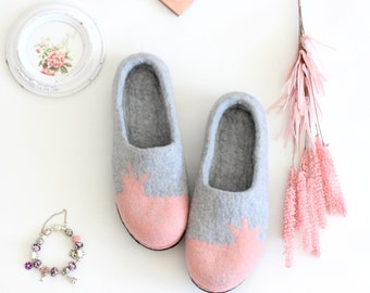 Felt houseshoes Princess, felt wool slippers, women slippers with crown, pale pink and grey slippers, valenki, felt wool clogs, Wedding gift