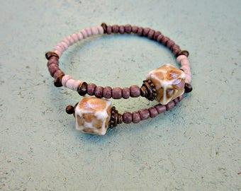 Bracelet souple gris et crème perlée manchette avec des Cubes en céramique soufflés: Normandie