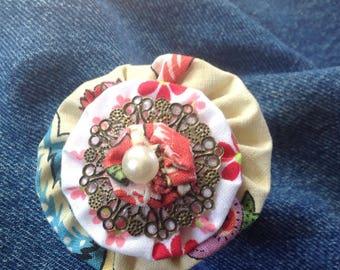 Sweet vintage yoyo flower brooch