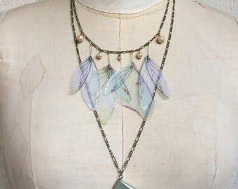 Seiten - Flügel blass grün weiß Seidenorganza Schmetterling Zikade Motte Kette mit Vintage Glasperlen und ein echtes Leder-Buch - Unikat