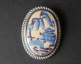 Vintage embroidered brooch, blue willow pattern design
