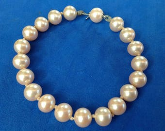 Vintage! Pretty large faux pearl knotted single strand bracelet with a hidden clasp.