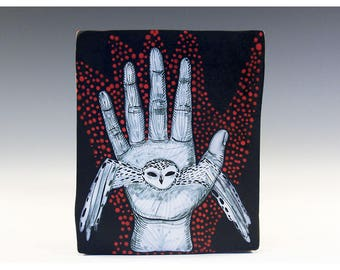 Wandbehang Original-Gemälde auf einer Keramikfliese von Jenny Mendes - eine Eule In der Hand