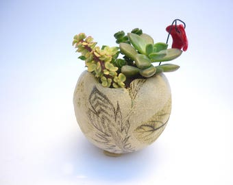 pot sur pied,jardinière, pot plante, poterie plante, dessin de plume,pot tribal,pot lutin, sculpture garden,art floral, gravure