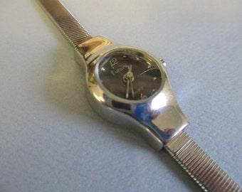 "Vintage jewelry Ladies watch, "" Futura"" Quartz  silver tone ajustable band used fair condition"