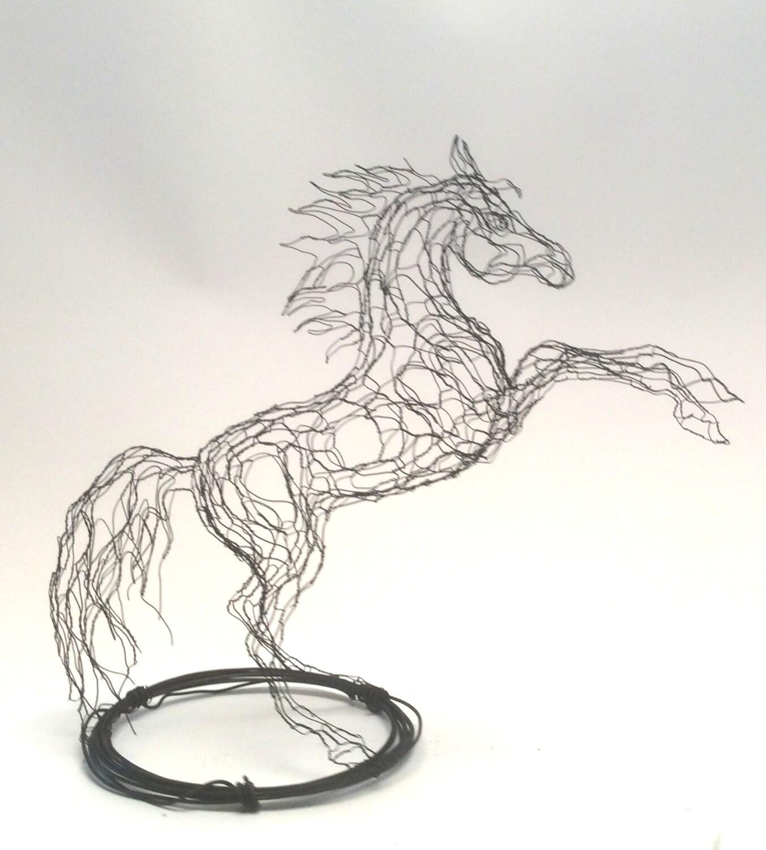 2D kleine Draht Skulptur Pferd am Stand von Elizabeth Berrien