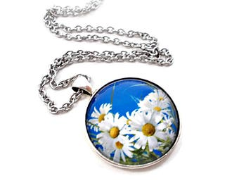 White Daisy Necklace, Daisy Jewelry, Blue and White Necklace, Gifts Under 10, Spring Jewelry, Summer Jewelry, Large Pendant Necklace