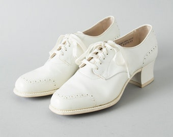 Vintage 1940s Shoes | 40s Oxfords White Leather Lace Up Heels (size 5)