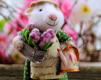 needle felted gardener mouse, grower, mouse with hyacinth and watering can, spring mouse, farmer mouse, felt mouseeco toy, felt mice