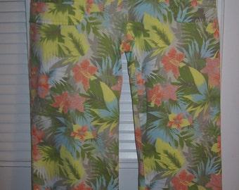 Capris ;8 - 10, Hawaiian Tropical Capris Jean Features, Four Pockets, Summer Splash of Color Size 8 - 10