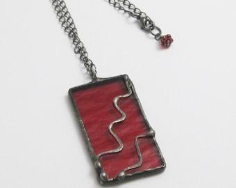 Teinté de rouge pendentif en verre | Bohème | Don de moins de 50 | Cadeau pour les femmes | Collier chaîne | Bijoux géométriques