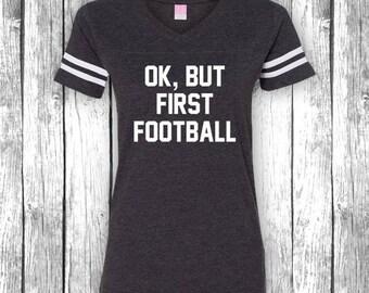 OK, aber erste Fußball | Spieltag-Shirts, Heckklappe, lustige Fußball-t-Shirt, Superbowl, Touchdown, Heckklappe V-Ausschnitt Jersey Womens Shirt T-Shirt