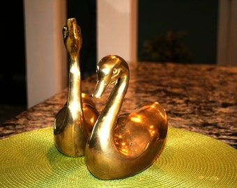 Solid Brass Swans//Home Decor Swans//Vintage Brass Swans