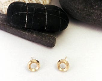14k yellow gold stud earrings - round stud made of triangle wire - geometric, minimalist and simple - polished and brushed