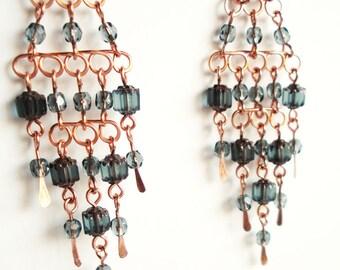 Les boucles d'oreilles Chandelier de cuivre à la main avec des perles de verre gris bleu