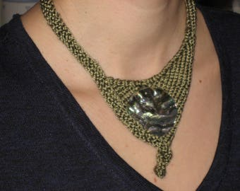 Festive Halschmuck of pure silk and mother of pearl