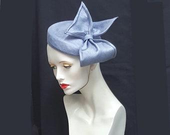 Blasse blaue Kornblume Stroh Percher Kurzmantel mit großen Bogen Detail Ideal Hochzeit Rennen Ascot Jahrgang Design elastische Befestigung