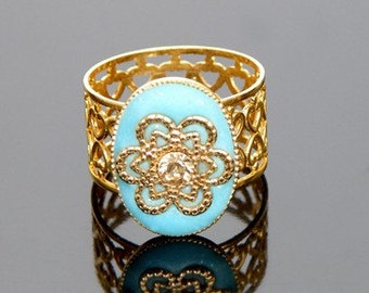 beautifull romantic cream ring with a flower