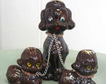 Jahrgang Pudel Figur Trio - hergestellt in Japan - Redware - 1950er Jahre - Mutter und Welpen an der Leine - kitsch