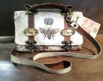 Borsa in pelle dipinta a mano.Bee Queen .Pezzo unico.Vintage.Hand Painted Leather Small Bag with Leather Hooves