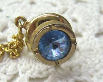 Vente... Épingle à cravate Vintage bleu Rivoli cristal... Épinglette bleu scintillant... Pierre de naissance décembre épingle à cravate...