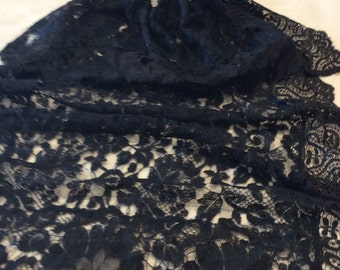 Mantilla of lace with comb and clip