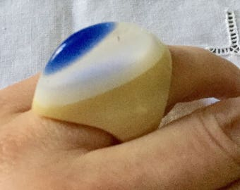 Exceptional C1970 GREAT CARVED RING - white & blue - Very Original Design - Unique Vintage Jewelry - Natural material - Lucite - from France