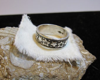 Love easy with this  star ring marked 925