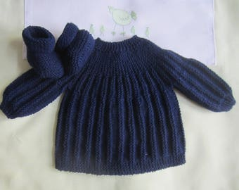 """Shirt and Navy """"blue"""" baby booties in newborn - hand made knit"""