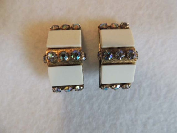Vintage Retro Cream Lucite & Aurora Borealus Rhinestone Clip Earrings Signed Leru.. Chic