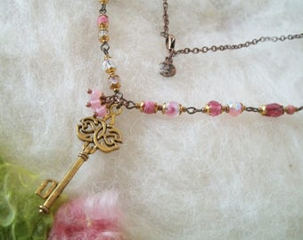 Pink Glass Bead Necklace with Gold Key and Filigree Findings Crystal Leaf Lucite Beaded Necklace Boho Hippie Beaded Chain Retro Vintage