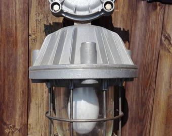 Vecchia lampada di pendente industriali antideflagranti