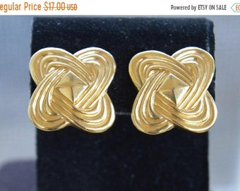 On sale Gold tone Knot Clip Earrings, Vintage (TB233)